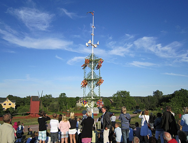 euroArt: The Midsummer pole in Önningeby